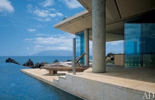 As piscinas valorizam o imóvel e, com a chegada do verão, são festejadas e celebradas por pessoas de todas as idades. Atualmente, elas aparecem com borda infinita, design arrojado e revestimentos modernos e coloridos. Na foto, casa em Maui