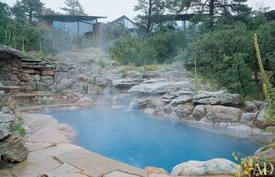 As piscinas valorizam o imóvel e, com a chegada do verão, são festejadas e celebradas por pessoas de todas as idades. Atualmente, elas aparecem com borda infinita, design arrojado e revestimentos modernos e coloridos. Na foto, imóvel no Colorado
