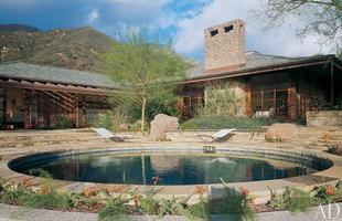 As piscinas valorizam o imóvel e, com a chegada do verão, são festejadas e celebradas por pessoas de todas as idades. Atualmente, elas aparecem com borda infinita, design arrojado e revestimentos modernos e coloridos. Na foto, imóvel em Montecito, na Califórnia