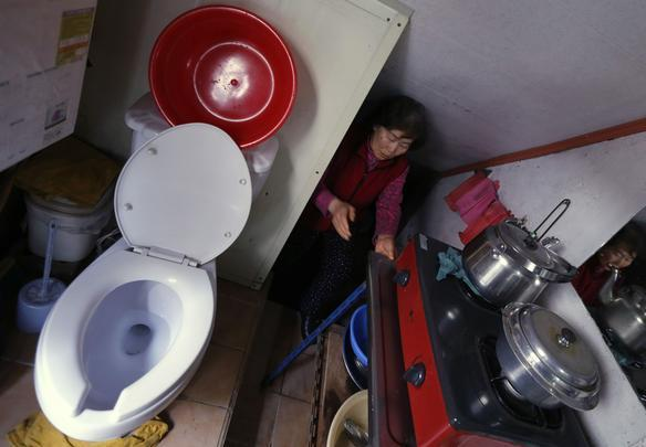 Kong Kyung-soon, de 73 anos, vive em um minúsculo apartamento em Seocho-gu, na Coreia do Sul