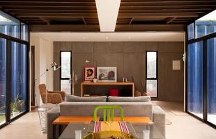 Em 2011, Danilo Corbas já havia feito uma obra parecida. Com área de 196 m², esta casa em São Paulo também foi construída em contêineres
