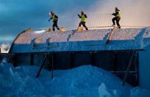 O processo de construção começa entre novembro e dezembro com a participação de aproximadamente cem pessoas
