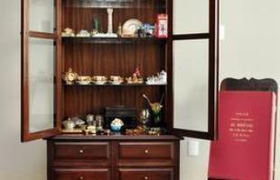 Sinal de luxo e nobreza em tempos passados, cristaleiras chegam à decoração moderna com novas aplicações. Na foto, projeto de Luciana Machado e Carla Casal