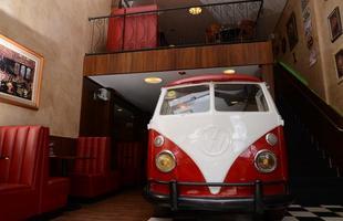 Hamburgueria gourmet na Vila da Serra, em Belo Horizonte, possui uma Kombi, transformada em balcão de atendimento