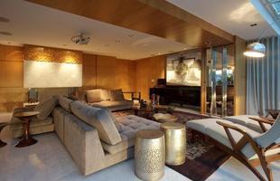 Ambiente projetado por Ana Paula Massote Rohlfs: vigas recobertas com madeira conferem aconchego à sala de estar