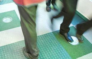 Este tapete concebido pela empresa Pavegen gera energia a cada pisada, tornando-se sustentável. A tecnologia, que pode ser utilizada em iluminação pública, já foi utilizada durante as Olimpíadas de Londres