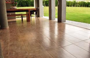 Escolha de piso para áreas externas requer cuidados em relação à resistência do material e ao nível de aderência