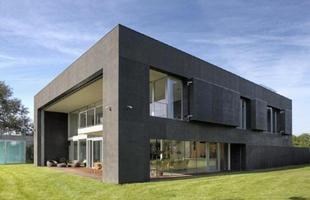 A empresa polonesa KWK Promes projetou uma casa ampla com área de 2,5 mil m², dois andares e paredes de concreto móveis, capazes de subir e descer de acordo com a vontade do dono da casa