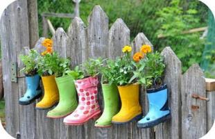Galochas chegam à decoração e deixam os ambientes mais alegres e descontraídos. Os calçados podem servir de vasos para as flores na entrada da casa, no pé da escada ou nos jardins