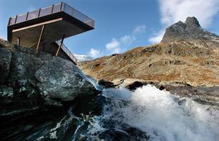 Este mirante em uma estrada na Noruega oferece uma visão impressionante e atrai turistas do mundo inteiro. A arquitetura faz a perfeita interligação entre o espaço construído e a paisagem natural