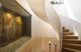 Esta casa na Austrália tem um desenho diferente que ressalta conceitos como perspectiva e refúgio. A arquitetura salienta o branco e estruturas que se formam como grandes tubos