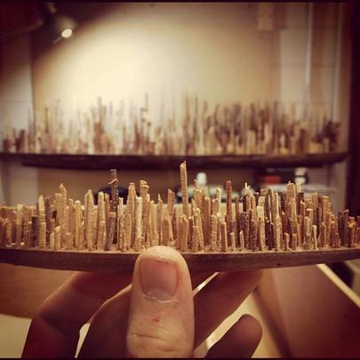 O artista norte-americano James McNabb criou obras em madeira inspiradas em paisagens urbanas que parecem maquetes, mas que, com formas inusitadas, são verdadeiras esculturas