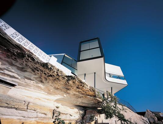 Esta casa na Austrália lembra uma grande caixa e se inspira em uma famosa obra de Picasso. Voltada para o mar, permite uma visão estonteante da natureza