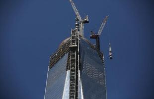 Nesta quinta-feira, em Nova York, operários ergueram a torre de transmissão ao topo do edifício que, com isso, será o mais alto do Ocidente