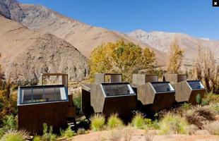 Espaços para observação do céu e das estrelas são destaques deste hotel astronômico no Chile. Cercado pela Cordilheira dos Andes, o local oferece passeios noturnos e até telescópios para olhar os astros