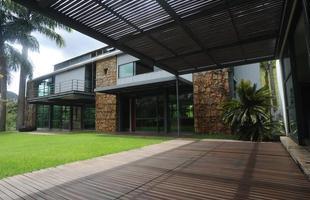 Circulação - A reforma introduziu decks de madeira em parte do gramado e em frente à sala íntima. Além de integrar ambientes, solução amplia a área de circulação e capacidade de receber visitas no imóvel