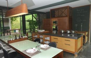 Cozinha - Ampliada e modificada pela dupla Motta e Gruner, a cozinha teve uma parede extraída, inclusão de mobiliário funcional em ferro e vidro, e soluções criativas como as gaiolas que escondem os eletrodomésticos