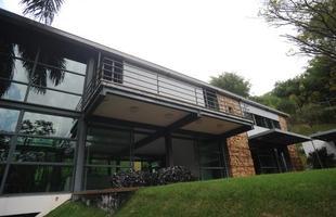 Fachada - Totalmente fora do convencional, em pedra, alumínio e vidro, a fachada da casa revela um espaço amplo. No projeto original ,mais de 600 metros de área construída no estilo galpão/loft