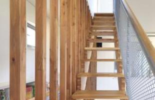 Este projeto de uma residência na Coreia do Sul apresenta uma escada multifuncional como grande destaque, que se transformou em escorregador, biblioteca e arquibancada. Além de divertida, ela economiza espaço dentro de casa