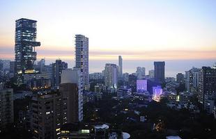 O arranha-céu batizado de Antila, na Índia, com 37.161 metros quadrados, foi avaliado em 1 bilhão de dólares. O proprietário é Mukesh Ambani, que possui  fortuna estimada em US$ 21,5 bilhões