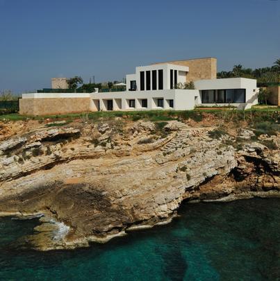 Esta morada temporária no Líbano valoriza a natureza ao redor e se abre ao mar. O imóvel foi planejado para alterar minimamente e se integrar à paisagem natural