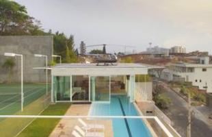 Este projeto do arquiteto Carico em BH lança mão do recurso para abrir a vista para a cidade