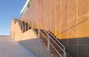 Este projeto do arquiteto Carico em BH lança mão do recurso para abrir a paisagem para a cidade. Do outro lado, a água transborda pela parede da escada, formando uma cascata de belo visual