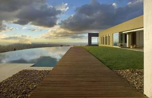 Projeto de Eliane Pinheiro e Mário Caetano equilibra a beleza da vista e o terreno para expandir o horizonte