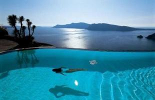 Recurso visual da borda infinita amplia a sensação de grandeza das piscinas e valoriza o ambiente