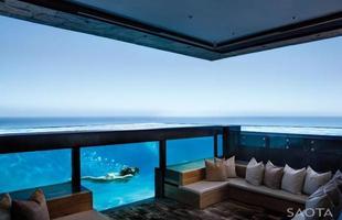 De frente para o mar e as montanhas, esta casa na África do Sul fica em um local paradisíaco e abre a visão para paisagens únicas em todos os espaços
