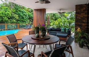 Esta mansão em Joinville, Santa Catarina, valoriza princípios básicos e dá uma aula de arquitetura. A casa permite a perfeita união entre a obra e a natureza do entorno