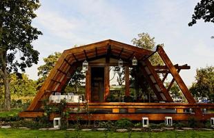 Esta pequena casa conceito em exposição na Romênia prima pelos princípios da sustentabilidade e é totalmente controlada por smartphones