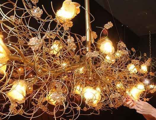 Assim como em coleções de alta-costura, Rita Valladares cria abajures, arandelas, luminárias e lustres personalizados, para a Scatto Lampadário. Diferencial é a produção feita à mão com matéria-prima sofisticada