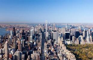 Apesar da crise econômica e financeira que ainda atinge várias partes do mundo, incluindo os EUA, a Big Apple sabe como se reinventar e assiste um novo boom na construção de torres de apartamentos de luxo para multimilionários. Na foto, 432 Park Avenue, torre situada no centro de Manhattan