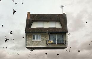 Esta série de imagens de casas flutuantes, criada pelo fotógrafo francês, mostra uma Paris onírica e melancólica, chamando a atenção para um lado pouco conhecido da Cidade Luz