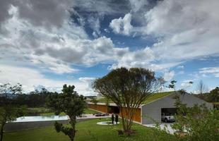 Esta casa no interior de São Paulo expande o modelo tradicional para chegar ao infinito. O projeto aumenta a noção do traçado arquetípico comum nos desenhos de criança