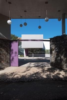 Esta residência no México se inspira em conto popular e faz nascer belos espaços de relaxamento. A casa se abre ao vento em intensa troca com a natureza ao redor