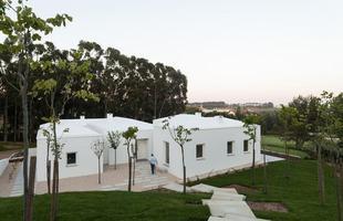 Esta obra em Portugal utiliza a volumetria para valorizar a arquitetura tradicional do país. A cultura construtiva lusitana aparece em propostas para lá de contemporâneas