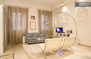 Integração e criatividade fazem parte da decoração do pequeno apartamento que conquista cada vez mais adeptos. Na foto, loft em Florença