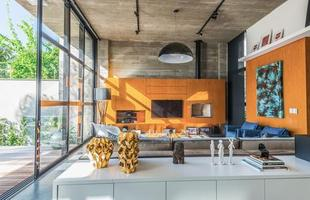 Esta residência em Joinville exalta materiais naturais à mostra e volumes em diálogo com a natureza. O projeto do escritório Metroquadrado em concreto e aço corten valoriza uma beleza simples em conexão com a paisagem