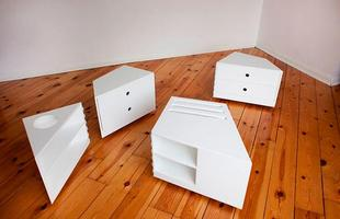 Esta mesa que muda de formato permite trocar a decoração sem muito esforço. O móvel é composto por quatro formas poligonais e se adapta às necessidades do espaço