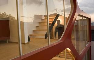 Esta residência no México valoriza as grandes aberturas e um visual orgânico que atrai a curiosidade. As estruturas metálicas vermelhas que compõem a fachada dão ao imóvel um design singular