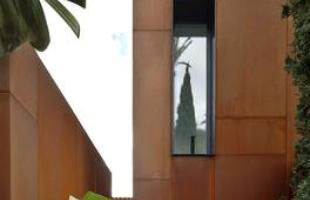 A ampliação desta casa familiar na Espanha criou um contraste extremo entre o novo e o antigo. Com a reforma, assinada pelo escritório GRAS Arquitectos, volumes de aço foram acrescidos à estrutura sem intervir no imóvel já existente