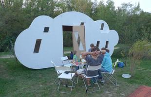 Esta habitação temporária na França dá oportunidade ao visitante de dormir dentro de uma nuvem. O hotel integra projeto que rediscute a utilização dos ambientes periféricos nas grandes cidades