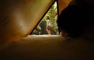Sob o comando da associação Bruit Du Frigo, o projeto oferece formas alternativas de imaginar e conceber os espaços onde se desenrola a vida, fazendo nascer diferentes estruturas habitacionais e abrigos móveis e transitórios que exploram as periferias urbanas e valorizam a sensação de refúgio. Na foto, um dos integrantes da proposta: La Belle étoile
