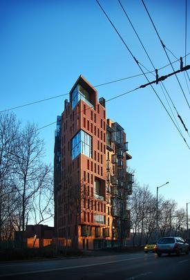 Este prédio localizado na capital da Bulgária une um visual de fábrica antiga a uma estrutura moderna para dar ao bairro um caráter de memória e identidade. A construção em Sófia foi concebida para fornecer à região o charme do passado, ao lado das comodidades da vida atual