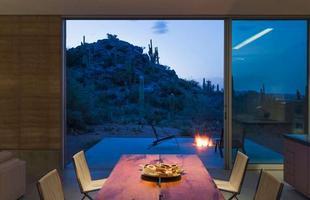 Recursos da arquitetura sensorial dão o tom desta casa que se curva à natureza no Arizona, EUA. A construção se incrusta no deserto como um cortejo à paisagem