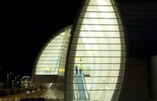 O anexo de Aeroporto de Copenhagen surge com um traçado incomum e aparatos de alta tecnologia. O terminal inova na arquitetura e, ao mesmo tempo, dialoga com os prédios já existentes