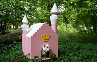 A empresa alemã Best Friend's Home criou casas de cachorro que lembram belas mansões em miniatura. Para quem gosta de cães e design, as casinhas oferecem a oportunidade de levar o bom da arquitetura para esses amigos fiéis. Na foto, o modelo Fairytale