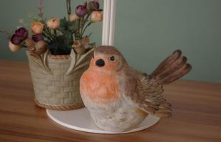 O charme e o colorido dos pássaros na decoração transmitem sensação de liberdade aos ambientes. Peças podem criar desde ambientes provençais a espaços clássicos em casa. Na foto, produto da Aluízio Casa